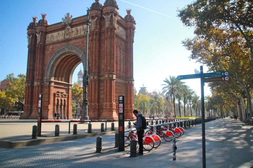 Arc de Triomf Barcelona green travel rent a bike park ciutadella