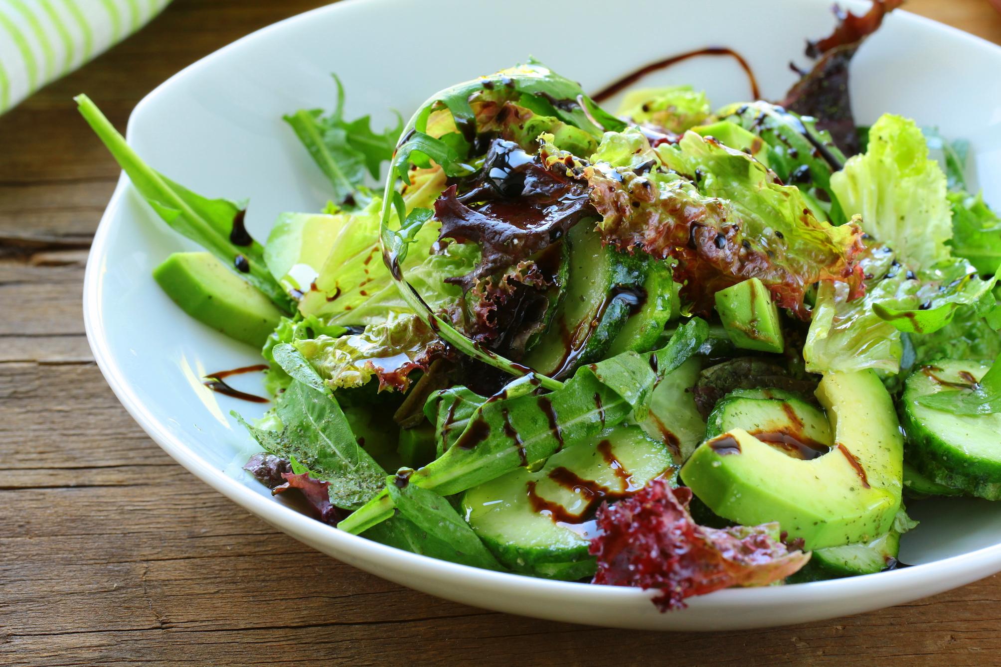 Winterse salade met geroosterde wortel, avocado, sinaasappel, quinoa