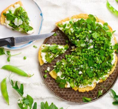 Pizza met bodem van kikkererwtenmeel en groene groenten