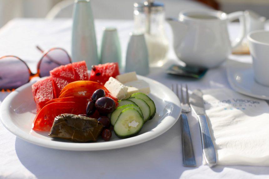 Griekse salade ontbijt Hotel Kouros Village Santorini
