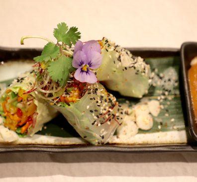 Vegan spring rolls met satésaus